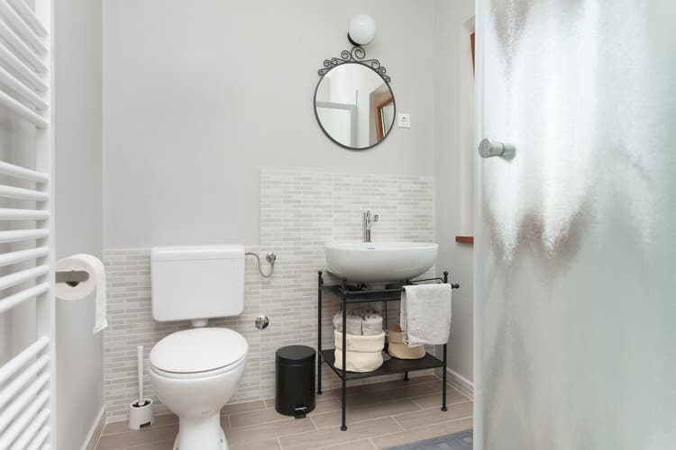 This Master Bathroom May Be Smaller Than Most, But It Makes The Most Of Its  Limited Space By Using Fixtures In ...
