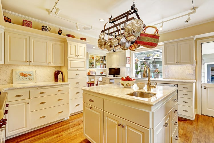 Keeping Kitchen Pots And Pans In Plain Sight Not Only Gives A Country  Kitchen A Lived In Feel, It Also Keeps Things Handy For The Resident  Gourmet.