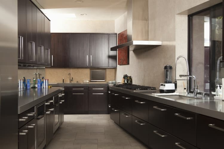32 galley and corridor kitchens interiorcharm for Best way to line kitchen cabinets