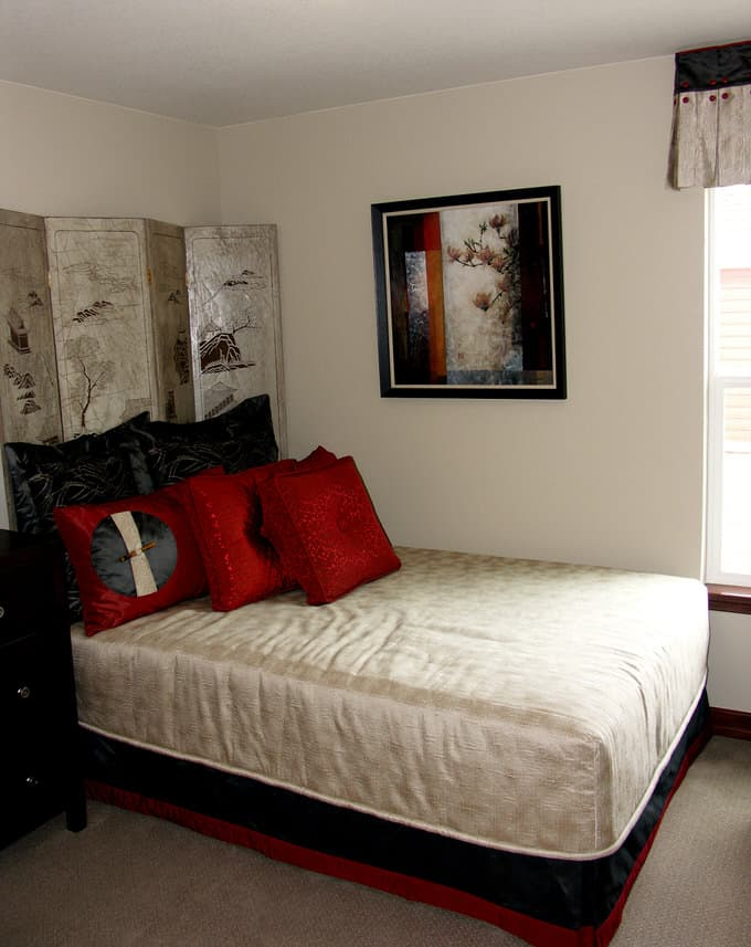 A Mix Of Graphic Patterns With Simple Red And Black Palette Gives This Traditional E An Updated Edge The Headboard Screen Artwork Impart Bit