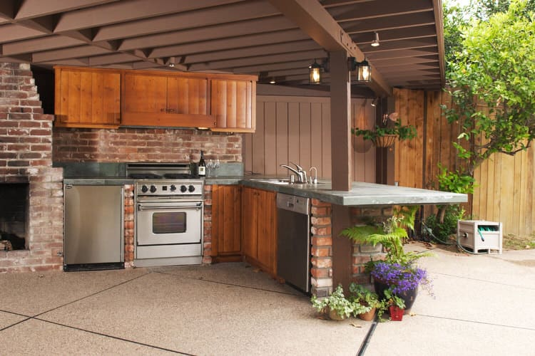 32 Spectacular Outdoor Kitchens (Pictures)